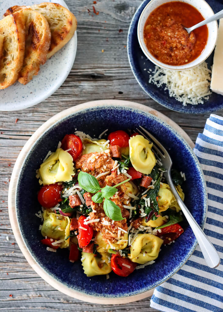 Tortellini med chorizo og paprikapesto