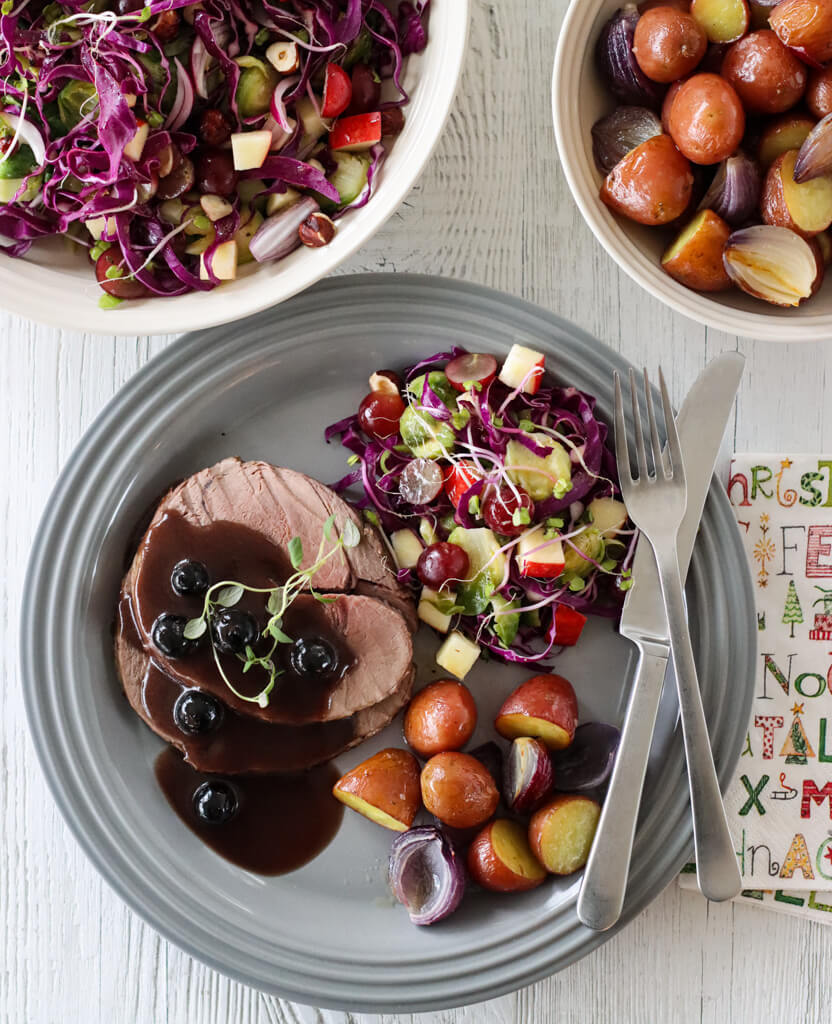 Reinsdyrstek med blåbærsaus og rosenkålsalat