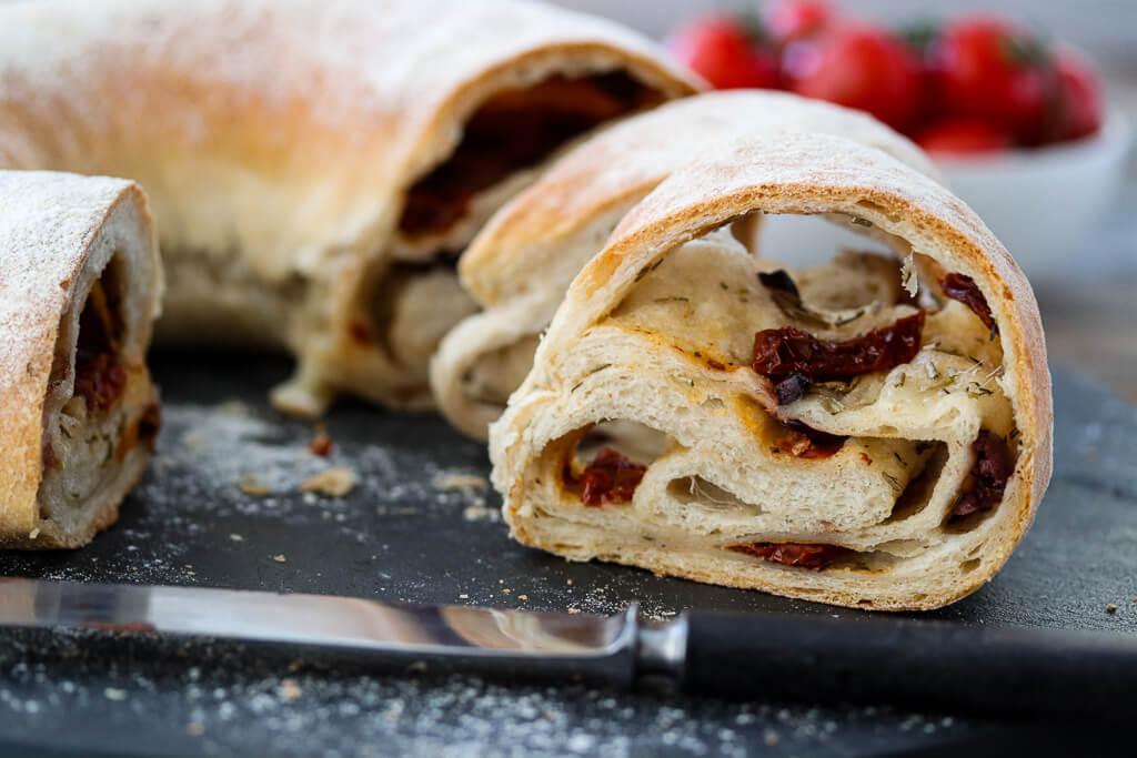 Fylt brød med oliven, tomat og mozzarella