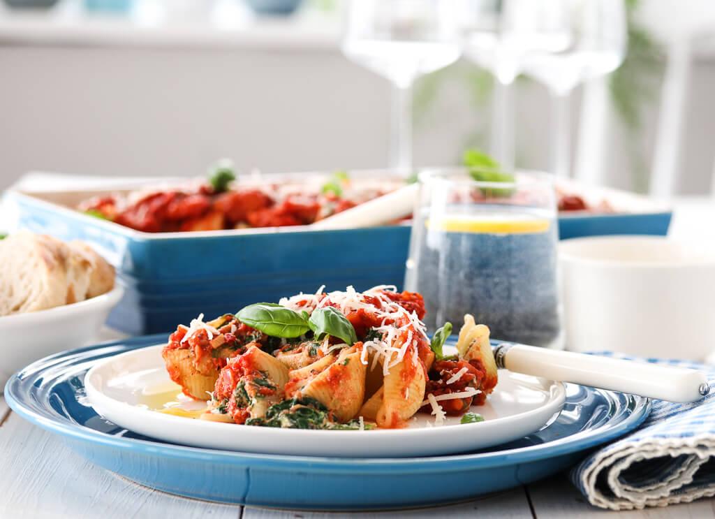 Pastaskjell med spinat, ricotta og tomatsaus