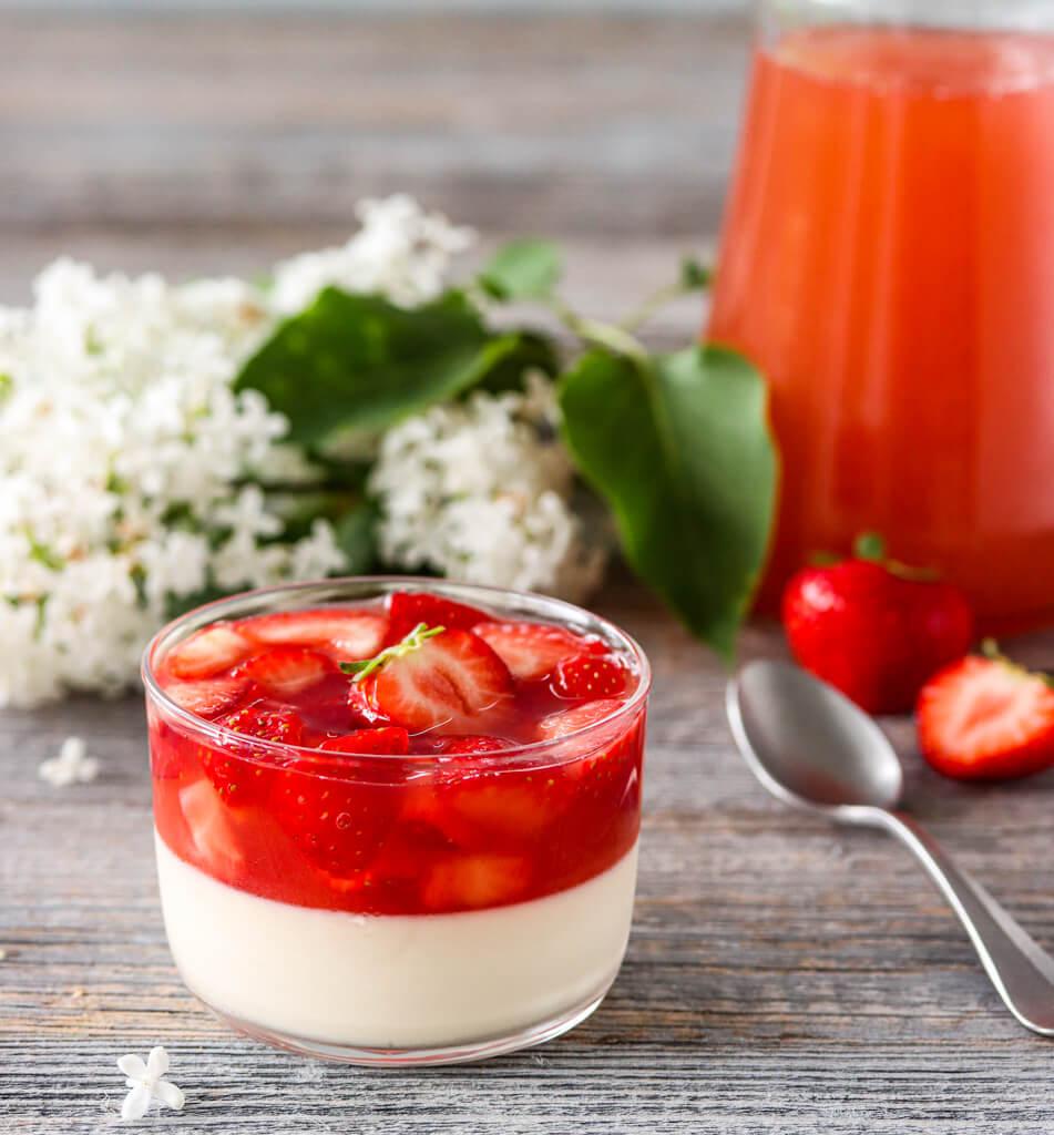 Panna cotta med rabarbrasuppe og jordbær