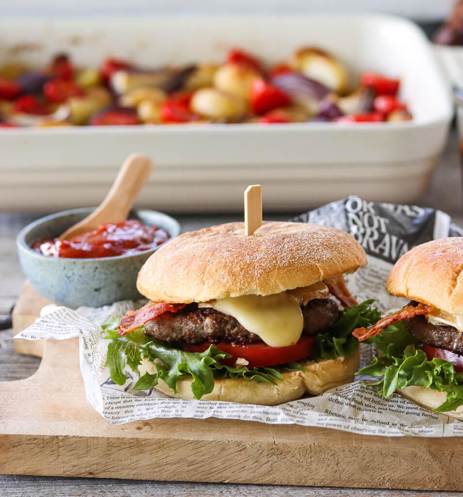 Angusburger med bacon og ost