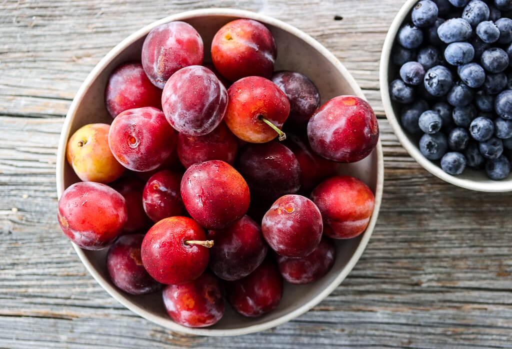 Smuldrepai med plommer og blåbær